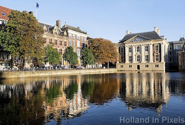 Nederland Den Haag 2015 09 27. De Hofvijver bij het Binnenhof. Rechts  het Mauritshuis