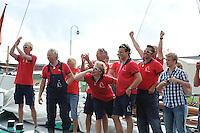 SKUTSJESILEN: LEMMER: Lemster baai, IJsselmeer, 09-08-2012, SKS skûtsjesilen, wedstrijd Lemmer II, vreugde bij de Lemster bemanning, Ruerd Korstra (fokkenist), Lowy Friso (grootschoot), Jens Jongsma (fokkenist), Jaap Jongsma (adviseur), Jurjen Bijlholt (fokkenist), Fimme Brouwer (grootschoot), ©foto Martin de Jong