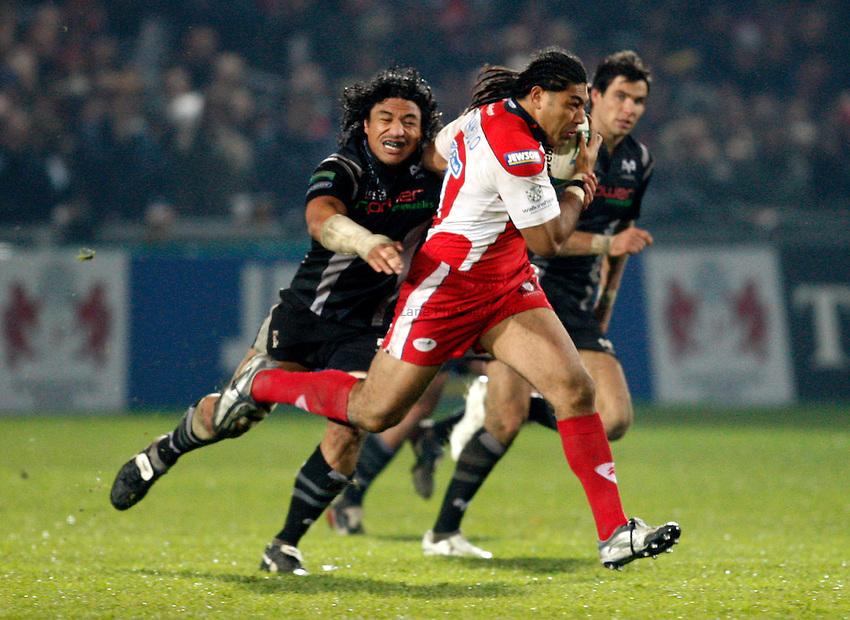Photo: Richard Lane/Richard Lane Photography..Gloucester Rugby v Ospreys. Heineken Cup. 16/11/2007. .Gloucester's Lesley Vainikolo attacks.