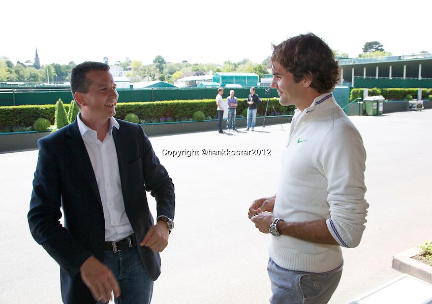 20-06-12, England, London, Wimbledon, Tennis, Toernooi Directeur van het ABNAMROWTT Richard Krajicek met zijn aanwinst voor het komende 40 jarige jubileum Roger Federer op Wimbledon.
