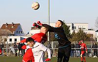 Dennis Kiesel (Büttelborn) faustet den Ball weg vor Markus Schmid (Unter-Flockenbach) - 25.02.2018: SKV Büttelborn vs. SV Unter-Flockenbach, Gruppenliga Darmstadt
