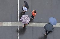 ATENCAO EDITOR IMAGEM EMBARGADA PARA VEICULOS INTERNACIONAIS - SAO PAULO, 01 DE FEVEREIRO DE 2013. - CLIMA TEMPO SP  - Chuva atinge a capital, na Avenida Paulista, regiao central, na tarde desta sexta feira, 01.  (FOTO: ALEXANDRE MOREIRA / BRAZIL PHOTO PRESS).