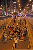 Public Viewing auf dem Marktplatz am Ratskeller, Fans stürmen nach dem 2:1 Sieg und dem Einzug ins Viertelfinale den City-Tunnel