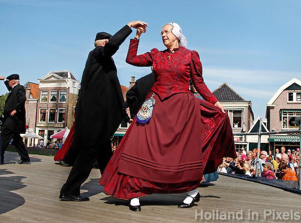 Dansen in klederdracht tijdens de West-friese  Folkloredagen in Schagen
