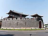 S&uuml;dtor - Paldalmun- der Festung Hwaseong von Suwon, Provinz Gyeonggi-do, S&uuml;dkorea, Asien, Unesco-Weltkulturerbe<br /> South gate Paldalmun of fortress Hwaseong, Suwon, Province Gyeonggi-do, South Korea Asia, UNESCO World-heritage