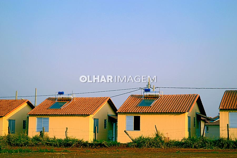 Conjunto habitacional de casas populares com aquecimento por energia solar, Andradina, Sao Paulo. 2016. Foto de Daniel Cymbalista.