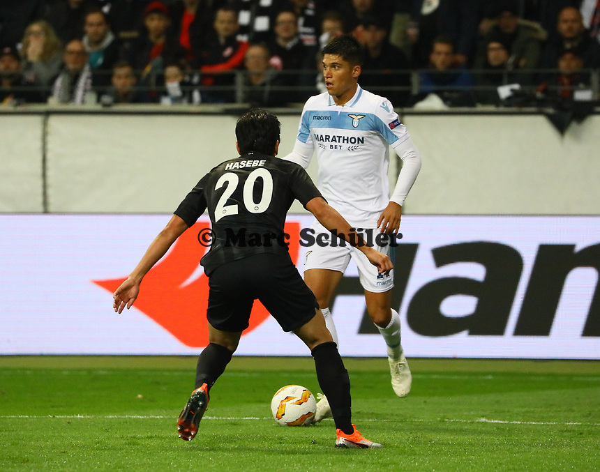 Joaquin Leiva (Lazio Rom) gegen Makoto Hasebe (Eintracht Frankfurt) - 04.10.2018: Eintracht Frankfurt vs. Lazio Rom, UEFA Europa League 2. Spieltag, Commerzbank Arena, DISCLAIMER: DFL regulations prohibit any use of photographs as image sequences and/or quasi-video.