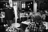 Europe/France/Midi-Pyrénées/12/Aveyron/Laguiole : Préparation de l'Aligot en salle à l'hotel-restaurant  Brouse - On dit que l'aligot file
