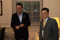 RIO DE JANEIRO-11/06/2012-O Prefeito Eduardo Paes recebe de Sha Zukhang, Secretario Geral da ONU, a credencial para o evento, no Palácio da Cidade, Botafogo, zona sul do rio.Foto:Marcelo Fonseca-Brazil Photo Press