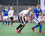 AMSTELVEEN -  Teun Rohof (A'dam)    tijdens  de  eerste finalewedstrijd van de play-offs om de landtitel in het Wagener Stadion, tussen Amsterdam en Kampong (1-1). Kampong wint de shoot outs.   rechts Johannes Mooij (A'dam) . COPYRIGHT KOEN SUYK