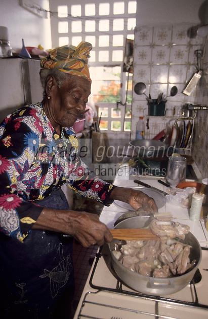 Europe/France/DOM/Antilles/Petites Antilles/Guadeloupe/Pointe-à-Pitre : Fête des cuisinières - Julie Moisan cuisinière centenaire doyenne de la fête prépare un ragoût de cabri