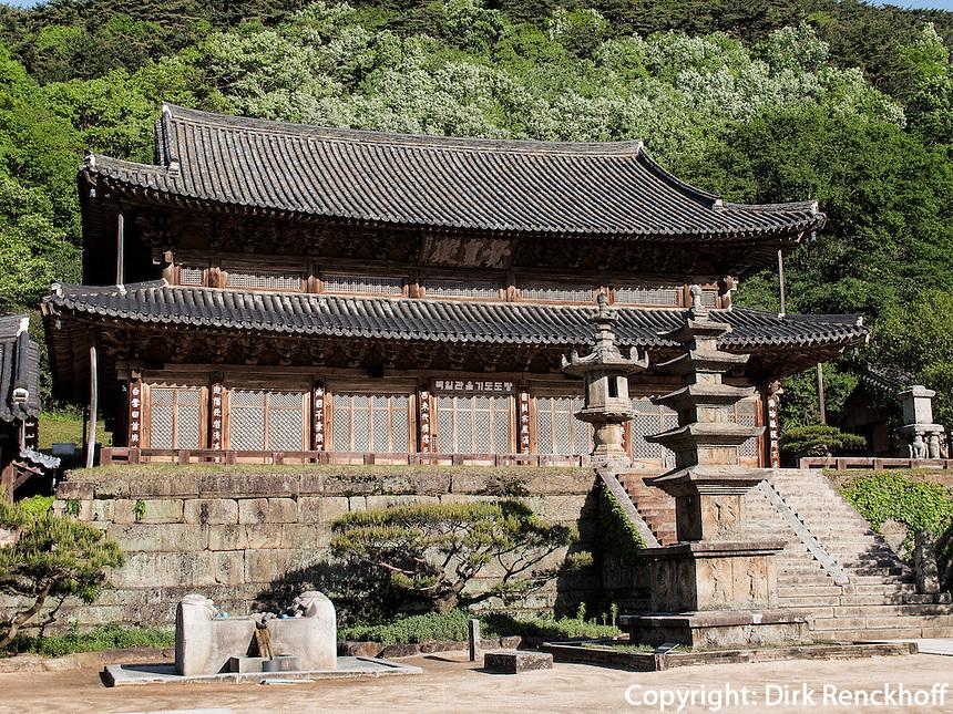 Pagode, buddhistischer Hwaeomsa Tempel in Jirisan Nationalpark, Provinz Jeollanam-do, S&uuml;dkorea, Asien<br /> Pagoda, buddhist Hwaeomsa temple in Jirisan national park, province Jeollanam-do, South Korea, Asia