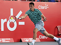 BOGOTA – COLOMBIA – 18-07-2014: Bernard Tomic de Australia, la bola a Vasek Pospisil, de Canada durante partido de cuartos de final del Open Claro Colombia de tenis ATP 250, que se realiza en las canchas del Centro de Alto Rendimiento en Altura en ciudad de Bogota.  / Bernard Tomic of Australia, returns the ball to Vasek Pospisil, of Canada, during a match for the quarter of finals of the Open Claro Colombia de tenis ATP 250, at Centro de Alto Rendimiento en Altura in Bogota City. Photo: VizzorImage / Luis Ramirez / Staff.