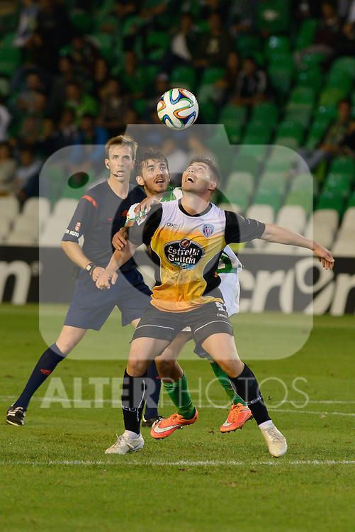 Sevilla, España, 15 de octubre de 2014: Julio Fernandez (D) intenta hacerse con un balon aereo ante partido entre Real Betis y Lugo correspondiente a la jornada 5 de la Copa del Rey 2014-2015 celebrado en el estadio Benito Villamarain de Sevilla.