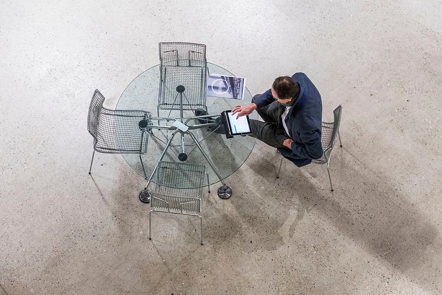 Nederland, Amsterdam, 20180206<br /> Circl, duurzaam gebouw van en naast hoofdkantoor ABNAmro op de Zuidas. Gebouw is volledig circulair gebouw met veel hergebruikt materiaal. Isolatie is bijvoorbeeld van oude spijkerbroeken van bankmedewerkers gemaakt. Circl is duurzaam en energiezuinig gebouwd en kan geheel gedemonteerd worden.<br /> Flexwerkplek<br /> Foto: (c)Michiel Wijnbergh