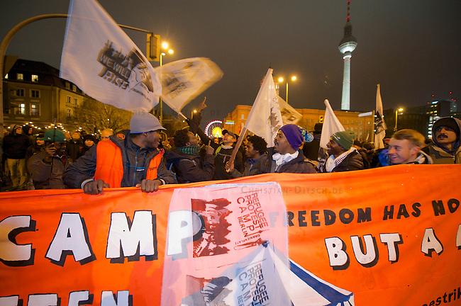Mehr als 2000 Menschen beteiligten sich am Sonntag den 15. Dezember 2013 in Berlin an einer Demonstration gegen die angekuendigte Raeumung des Fleuchtlingscamp auf dem Oranien-Platz in Berlin Kreuzberg.<br />Der CDU-Innensanator Frank Henkel hatte die Raeumung des Camps urspruenglich fuer den 16. Dezember 2013 angekuendigt, kurz nach der Ankuendigung jedoch den Raeumungstermin in den Januar 2014 verschoben.<br />Die Demonstration zog zum Amtssitz des Innensenators um dort bis zum naechsten Morgen eine Kundgebung abzuhalten.<br />15.12.2013, Berlin<br />Copyright: Christian-Ditsch.de<br />[Inhaltsveraendernde Manipulation des Fotos nur nach ausdruecklicher Genehmigung des Fotografen. Vereinbarungen ueber Abtretung von Persoenlichkeitsrechten/Model Release der abgebildeten Person/Personen liegen nicht vor. NO MODEL RELEASE! Don't publish without copyright Christian Ditsch/version-foto.de, Veroeffentlichung nur mit Fotografennennung, sowie gegen Honorar, MwSt. und Beleg. Konto:, I N G - D i B a, IBAN DE58500105175400192269, BIC INGDDEFFXXX, Kontakt: post@christian-ditsch.de.<br />Urhebervermerk wird gemaess Paragraph 13 UHG verlangt.]