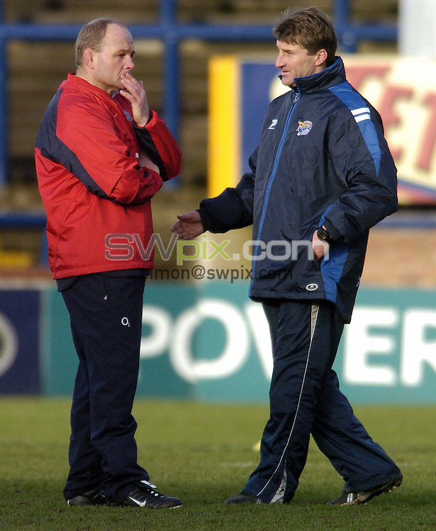 Pix by BEN DUFFY/SWpix.com......Rugby Union and League- England Rugby Union training with the Leeds Rhinos - Headingley,Leeds....18/01/05..Picture Copyright >> Simon Wilkinson >> 07811267706..Leeds Rhinos Coach Tony Smith and  England Rugby Union coach, Andy Robinson discuss ideas as the Union outfit join the Rugby League club for a three day training session