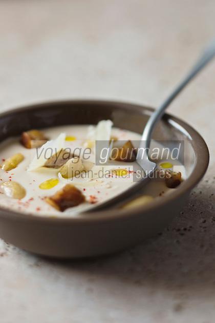 Crème de haricots tarbais, croustillant de pieds de porc et copeaux d'Ossau Iraty - recette de Christian Constant EXCLU: EDITION LIVRE CUISINE DU SUD-OUEST