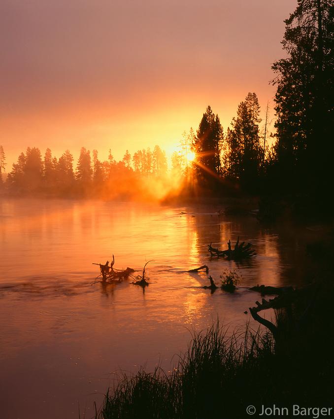 67ORCAC_029 - USA, Oregon, Deschutes National Forest, Rising sun breaks through morning fog along the Deschutes River.