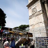 Bancarella di souvenir a Roma vicino all'arco di Costantino<br /> Souvenir stall near the arch of Constantine