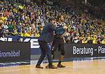 08.03.2020, EWE Arena, Oldenburg, GER, easy Credit-BBL, EWE Baskets Oldenburg vs RASTA Vechta, im Bild<br /> da ist das Feld.. Pedro CALLES (Rasta Vechta #Headcoach #Coach ) Trevis SIMPSON (Rasta Vechta #15 )<br /> Foto © nordphoto / Rojahn