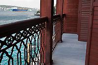 Europe/Turquie/Istanbul :  Yali résidence d'été en bois sur le Bosphore  de Salih Efendi, mèdecin du Sultan Mahmutt II- la navigation sur le fleuve vue depuis la terrasse de la maison