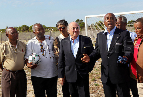 03 12 2009 Copyright Pictures Football FIFA World Cup 2010 Lots Preliminary reports Cape Town  03 Dec 09 Football FIFA World Cup 2010 Group draw Picture shows President Joseph Blatter FIFA the Meeting with Tokyo Sexwale former Makana FA Players 3 v r and former prisoners from seal.  Photo: imago sportfotodienst/actionplus - Editorial Use Only UKPhoto: Imago Photodienst/Actionplus - UK Editorial Use