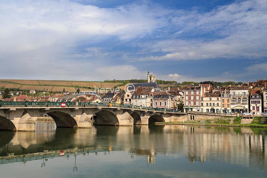 France, Yonne (89), Joigny et le pont de Joigny sut l'Yonne // France, Yonne, Joigny, Joigny Bridge over the Yonne river