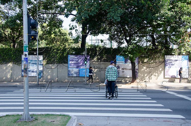Cadeirante atravessando rua na faixa de pedestre, São Paulo - SP, 07/2016.