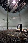 UTRECHT - In Utrecht werken aannemingsbedrijf R. Cevat uit Amsterdam en bouwbedrijf Stokker uit Enschede aan de vernieuwbouw van de uit 1906 daterende Watertoren Rotsoord. Naar een ontwerp van architectuurbureau Sluijmer en van Leeuwen krijgt het 37 meter hoge industrieel monument ondermeer een restaurant in de top en drie betonvloeren in de watertank die ruimte bieden voor flexibele werkplekken. Een liftschacht in de toren moet de ruimtes toegangkelijker maken. COPYRIGHT TON BORSBOOM