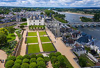 France, Indre-et-Loire (37), Amboise, château d'Amboise, la cour d'honneur et la Loire (vue aérienne)