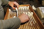 Foto: VidiPhoto<br /> <br /> DOMBURG – De laatste pijpenmaker van Zeeland, Martin Maas uit Domburg, aan het werk in zijn 'studio' om voor de Domburgse gaaischieters 100 klassieke kleipijpen te maken. Maas leerde het vak hoogstpersoonlijk van meester-pijpenmaker Adri Moerings uit Gouda. De 'hausgemachte' Domburgse-pijpen-met-echtheidskenmerk zijn een heus collectorsitem. Binnen de gaaischieters zoekt Maas naar een opvolger, die op zijn beurt de laatste pijpenmaker van Zeeland moet worden.