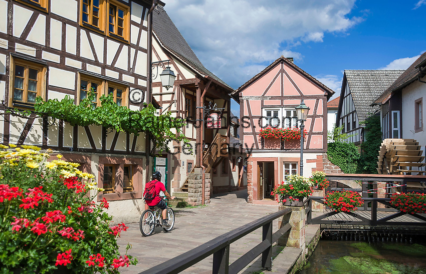 Deutschland, Rheinland-Pfalz, Suedliche Weinstrasse, Annweiler am Trifels: historischer Stadtkern mit Stadtmuehle am Schipkapass und Muehlgraben | Germany, Rhineland-Palatinate, Southern Wine Route, Annweiler am Trifels: historic centre with half-timbered houses and Town Mill