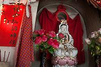 Les Tulous Hakka sont centrés autour du temple. Le village n'existe pas sans le culte de Guanyin Pusa, le bouddha sous sa forme féminine à laquelle un temple est dédié et entretenu avec soin dans chaque maison.
