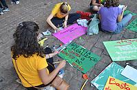 SAO PAULO, 08 DE JUNHO DE 2013 - MARCHA DA MACONHA - Manifestantes se concentram no vão livre do Masp para Marcha da Maconha, na Avenida Paulista, região central da capital, na tarde deste sábado. 08. (FOTO: ALEXANDRE MOREIRA / BRAZIL PHOTO PRESS)
