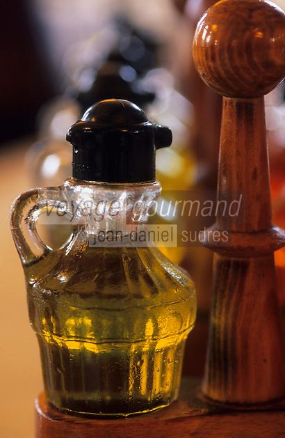 """Europe/Espagne/Catalogne/Barcelone : Restaurant """"Les 7 portes"""" - Huiliers contenant de l'huile d'olive"""