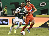 PALMIRA - COLOMBIA, 20-11-2019: Andres Balanta del Cali disputa el balón con Carlos Sierra de America durante partido entre Deportivo Cali y América de Cali por la fecha 4, cuadrangulares semifinales, de la Liga Águila II 2019 jugado en el estadio Deportivo Cali de la ciudad de Palmira. / Andres Balanta of Cali vies for the ball with Carlos Sierra of America during match between Deportivo Cali and America de Cali for the date 4, quadrangulars semifinals, as part of Aguila League II 2019 played at Deportivo Cali stadium in Palmira city. Photo: VizzorImage / Gabriel Aponte / Staff
