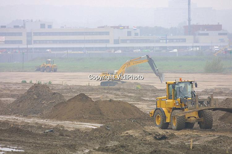 """Foto: VidiPhoto..ARNHEM - In het kader van het project """"Ruimte voor de Rivieren"""" wordt in de uiterwaarden bij Arnhem hard gewerkt om de boel op tijd klaar te krijgen. De Rijndijk is ter plaatse 200 meter teruggelegd, waardoor de Rijn 50 procent meer ruimte krijgt. Het totale project kost zo'n 20 miljoen gulden en moet 15 november klaar zijn. Ongeveer 45 procent van de kosten worden betaald uit Europese subsidies."""
