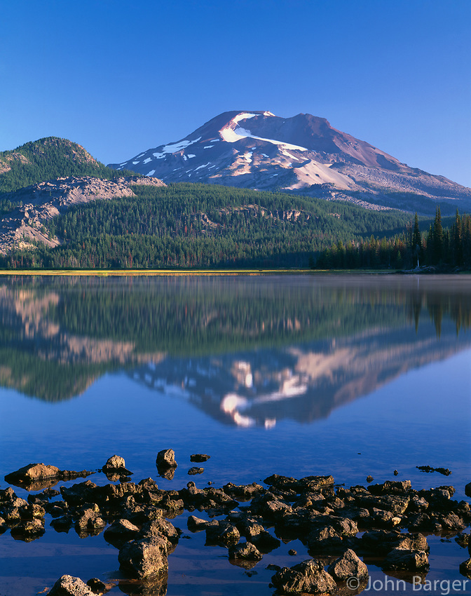 ORCAC_171 - USA, Oregon, Deschutes National Forest, South Sister reflects in Sparks Lake in early morning.