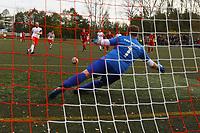 Torwart Thomas Wolf (Hoechst) steht beim ersten Elfmeter von Nick Hoelzel (SKV Büttelborn) einen halben Meter vor der Linie und hält. Schiedsrichter Erik Vardanjan lässt ihn daraufhin sehr zum Unwillen der Höchster wiederholen - Büttelborn 31.10.2017: SKV Büttelborn vs. TSV Höchst