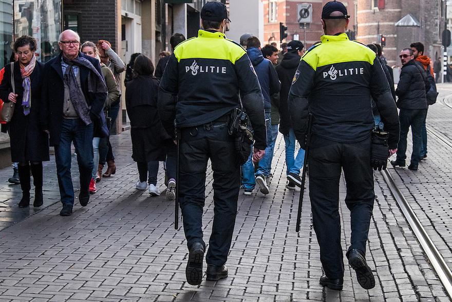 Nederland, Amsterdam, 19 maart 2015<br /> Politiemannen surveilleren in centrum van Amsterdam. <br /> Foto: Michiel Wijnbergh