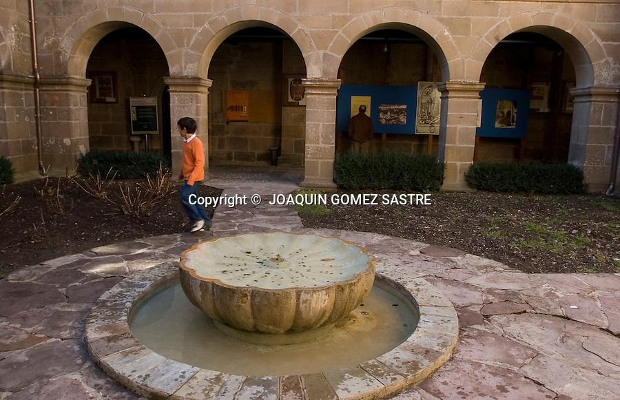 SANTO TORIBIO DE LIEBANA-POTES.Fuente en el claustro del Monasterio de Santo Toribio de Liebana,muy cerca de Potes,lugar donde se encuentra el LIGNUM CRUCIS,y donde finaliza la perigranacion en el año Jubilar,que es cada 4 años .foto JOAQUIN GOMEZ SASTRE