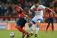 MEDELLÍN - COLOMBIA, 28-04-2018:  Yairo Moreno (Izq) jugador del Medellín disputa el balón con Luis Carlos Arias (Der) de Deportivo Pasto durante el partido entre Deportivo Independiente Medellín y Deportivo Pasto por la fecha 18 de la Liga Águila I 2018 jugado en el estadio Atanasio Girardot de la ciudad de Medellín. / Yairo Moreno (L) player of Medellin vies for the ball with Luis Carlos Arias (R) player of Deportivo Pasto during match between Deportivo Independiente Medellin and Deportivo Pasto for the date 18 of the Aguila League I 2018 played at Atanasio Girardot stadium in Medellin city . Photo: VizzorImage/ León Monsalve / Cont