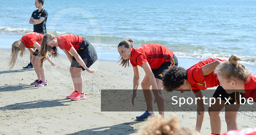 20180302 - LARNACA , CYPRUS :  Belgian Jassina Blom (middle)  pictured during a Muscular warm up training session on the beach before a women's soccer game between The Belgian Red Flames and Spain , on friday 2 March 2018 on the CTO Beach in Larnaca , Cyprus . The game will be the second game in group B for Belgium during the Cyprus Womens Cup , a prestigious women soccer tournament as a preparation on the World Cup 2019 qualification duels. PHOTO SPORTPIX.BE | DAVID CATRY