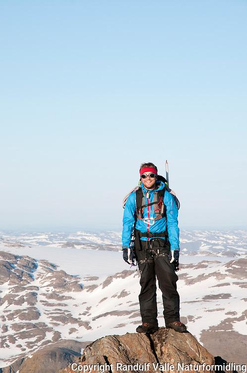 Fornøyd mann på topptur på Seiland. Seilandsjøkulen i bakgrunnen. ---- Happy hiker on Seiland.