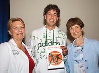 16-6-09, Rosmalen, Tennis, Ordina Open 2009, Symposium KNLTB, KNLTB voorzitter Karin van Bijleveld (l) overhandigde het eerste exemplaar van het boek  Ace of Brace van sportarts Babette Plijm aan tennisser Robin Haase