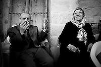 Une famille kurde fête un mariage et le processus de paix, tous sont heureux et le cris haut et fort malgré les souvenirs endeuillés, comme toutes les familles. Plusieurs hommes de la fratrie sont morts tués dans la guérilla.<br /> <br /> A Kurdish family celebrates a wedding and the peace process, all are happy and loud cries despite memories bereaved, like all families. Several men of the siblings died killed in guerrilla warfare.