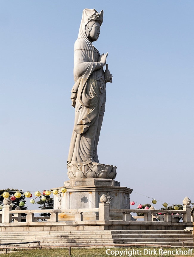 Buddha-Statue HaesugwaneumSang, buddhistischer Tempel Naksan Sa bei Sokcho, Provinz Gangwon, S&uuml;dkorea, Asien<br /> Buddha statue, HaesugwaneumSang, buddhistic temple Naksan sa near Sokcho, province Gangwon, South Korea, Asia