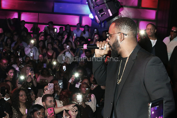 NEW YORK, NY -  JANUARY 27: R. Kelly pictured during an impromptu performance at The Highline Ballroom in New York City on January 27, 2018. Credit: Walik Goshorn/MediaPunch