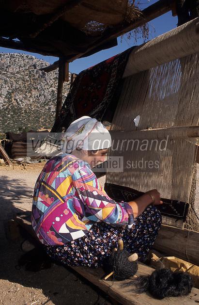 Europe/Turquie/Karkutelli : Nomade tissant un tapis